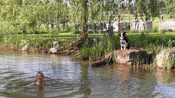 26.04. Andrea im Teich - mit Luna, die zuschaut