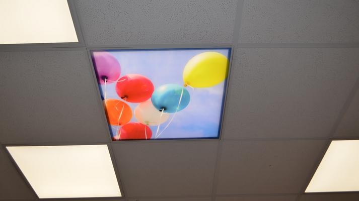 Ballons am Himmel. Ein Motiv auf einer bedruckten, durchleuchtbaren Platte für Rasterdecken. Zahnarztpraxis Dr. Kirchner.