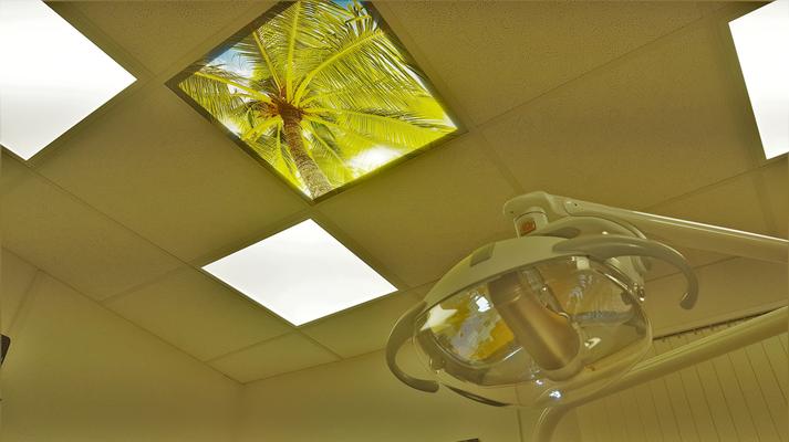 Eine Motiv Deckenplatte für ein LED Panel in einer Rasterdecke. Zahnarzt Dr. Kirchner.