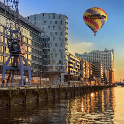 Über Hamburg fährt ein Ballon mit Werbung für AdventureRooms Hamburg