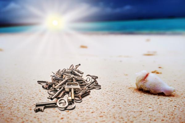 Viele Schlüssel am verlassenen Strand