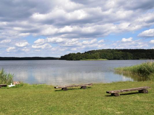 Bild der Prignitz mit einem idyllischen See bei schönem Wetter.