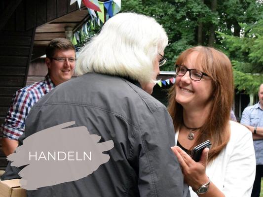 Katrin Lange in Begegnung mit Menschen im Wahlkreis mit Link zur Unterseite HANDELN