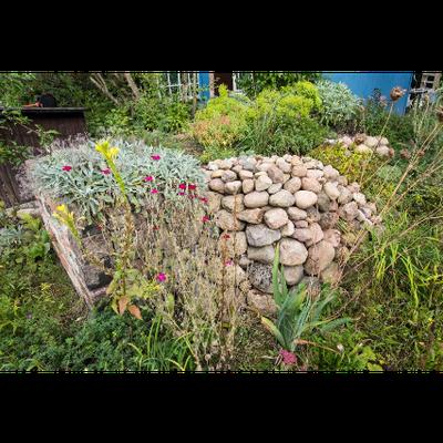 Trockenmauer und Hochbeet. Foto: NABU/Sebastian Hennigs