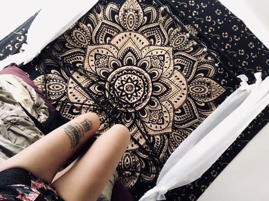Gold Wandtuch in schwarz im Schlafzimmer