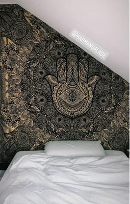 Besser als Streichen: Gold Wandtuch unter Dachschrägen