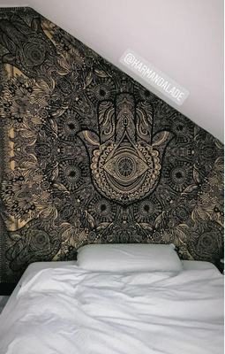 Besser als Streichen: Gold Wandtuch unter Dachschräge