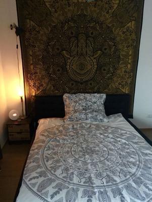 Schlafzimmer Deko: Hamsa Wandbehang in Gold hinter dem Kopfende