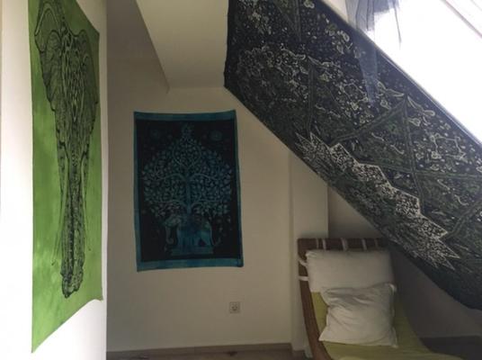 Dachgeschoss Zimmer mit Wandtuch Deko an Dachschräge