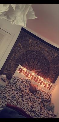 Schlafzimmer Inspiration: Goldener Hamsa Wandbehang in schwarz mit Lichterkette