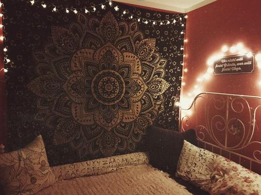 Beneidenswertes Schlafzimmer mit goldenem Lotus Wandtuch und Lichterketten