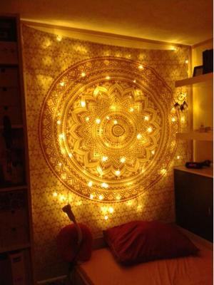 Warme Lichterketten passen hervorragend zu Wandtüchern und lassen sie erstrahlen
