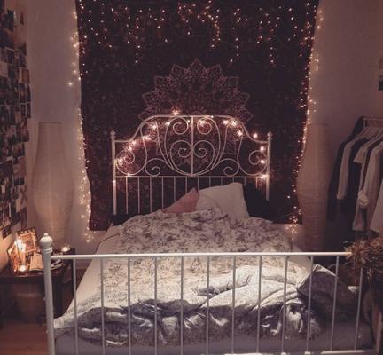 Mandala Wandtuch mit Lichterkette hinter dem Bett