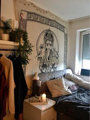 Wandbehang mit Ganesha als Beschützer im Schlafzimmer