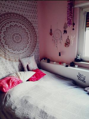 Zentrales Ombre Mandala Wandtuch am Kopfende hinter dem Bett