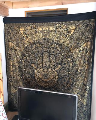 Hamsa Gold Wandtuch als Wand Dekoration im Wohnzimmer