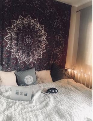 Schlafzimmer mit Mandala Wandtuch in dunkelrot und grau