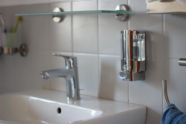 Badezimmer mit Annehmlichkeiten wie Seifenspender