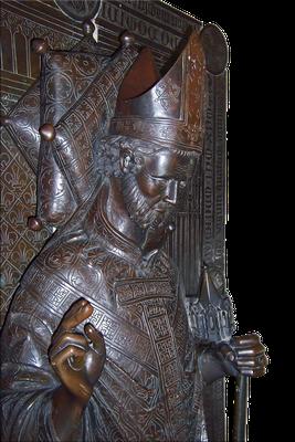 Hakenkreuze als ornamentale Stickerei auf der Stola eines Prälaten; Grabmal des Hinrich Bocholt, als Heinrich II. Bischof von Lübeck, im Lübecker Dom, erste Hälfte 14. Jahrhundert (Quelle: Wikipedia; Urheber: Concord)