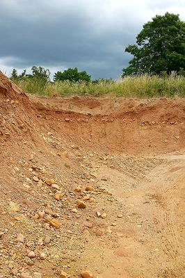 In eiszeitlichen Fluss-Schottern gibt es Achat, Jaspis, Kristall und versteinertes Holz zu finden.