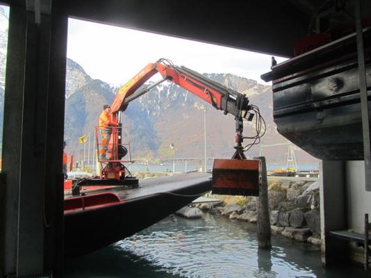 Schiffhüttenausbaggern mit Hydraulikkran und Schalengreifer