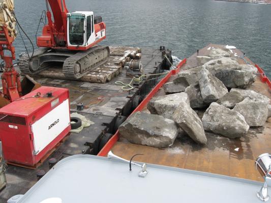 Steinblocktransport mit Flachdecknauen und Ponton