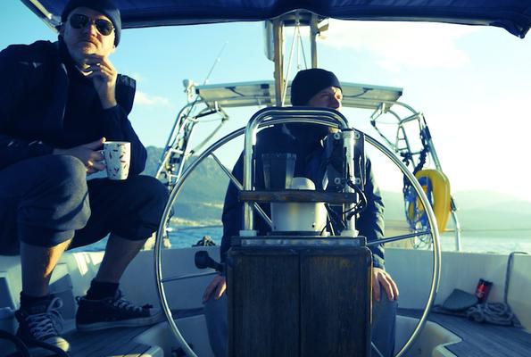 Beim Segeln ist es jetzt auch auf dem Mittelmeer frisch