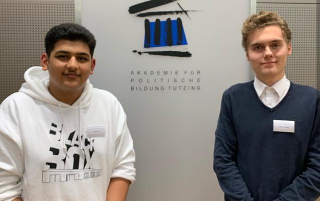 Die Abegordneten Haram Dar und David Pinsker in der Akademie für Politische Bildung Tutzing