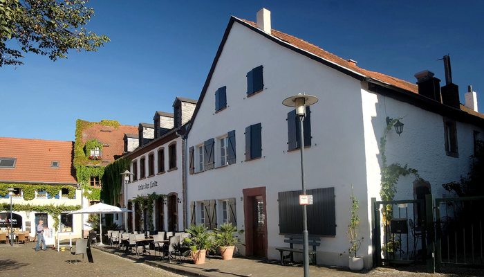 """Wohnhaus um 1750 und Gasthaus """"Unter der Linde"""" von 1933"""