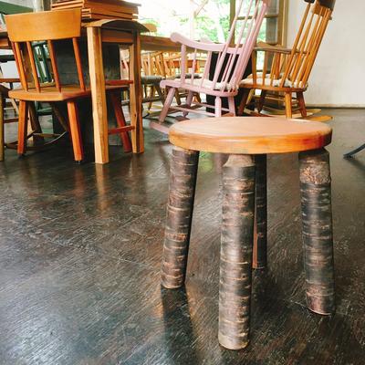 足の部分がユニークな椅子