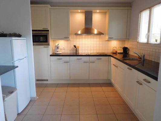 De moderne keuken is van alle gemakken voorzien zoals twee koelkasten