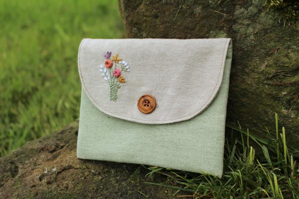 """... """"Hagebuttentäschchen"""" mit dem Blumenstrauß aus der """"Stickvorlage Sommer"""", von @happy.fabrics"""