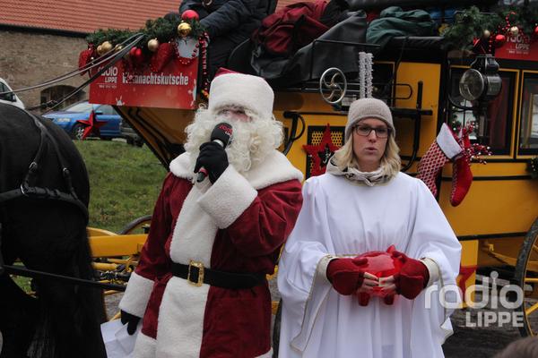 Berry Vitusek als Weihnachtsmann und Judith Leimbach als Weihnachtsengel