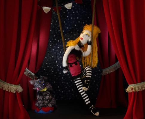 Trapez-Artistin,  Figuren-Design, Gestricktes sowie Foto: Claudia Schildt