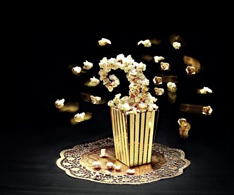 Goldene Lebensmittelverpackungen /  Foodstyling, Foto: T. Schober