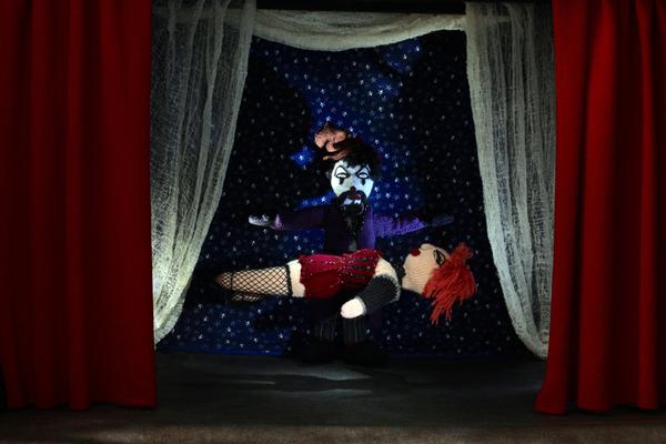 Magier und schwebende Frau, Figuren-Design, Gestricktes sowie Foto: Claudia Schildt
