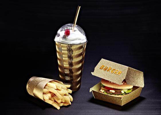 Goldene Verpackungen Fastfood,  gebaute Lebensmittelverpackungen /  Foodstyling, Foto: T. Schober