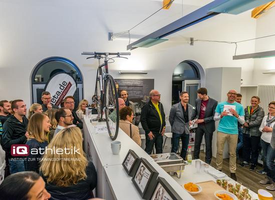 Interessierte Zuhörer und Radsportfans