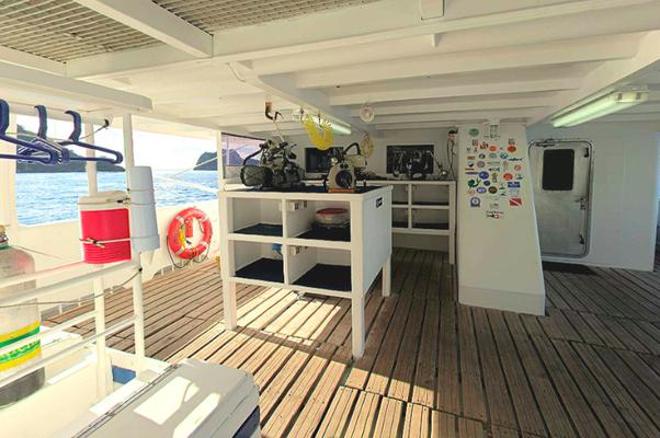 Plataforma de buceo del barco 'Seahunter' en la Isla del Coco, ©Underseahunter Group