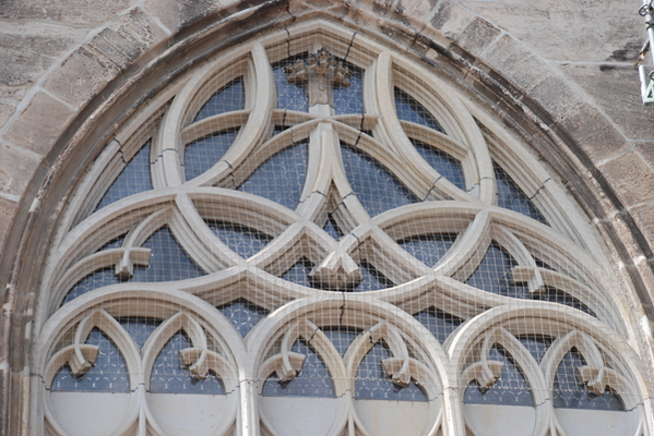 Tauben-Abwehrsystem: Netzbespannung an Kirche