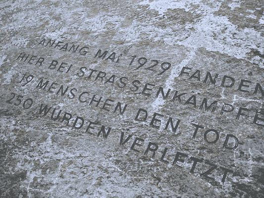 Gedenkstein Blutmai - @Boonekamp - WikiCommons