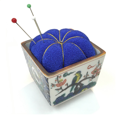 "*Pincushion in the KUTANI sake cup ""Kokutani"""