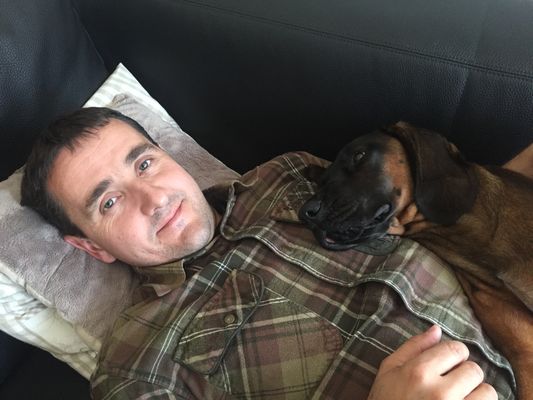 Nach einem intensiven Nachsuchetag brauchen Hund und Führer Erholung. Am besten erholt es sich zusammen :-)