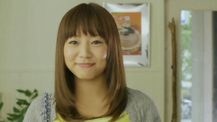 --- lächelt sie über die freundschaftliche Geste