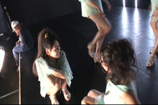 leider ist die Szene ZU schnell und wird schnell weggeschwenkt ... Aina spielt mit einer Strähne und Yurika gibt ihr einen Luftkuß