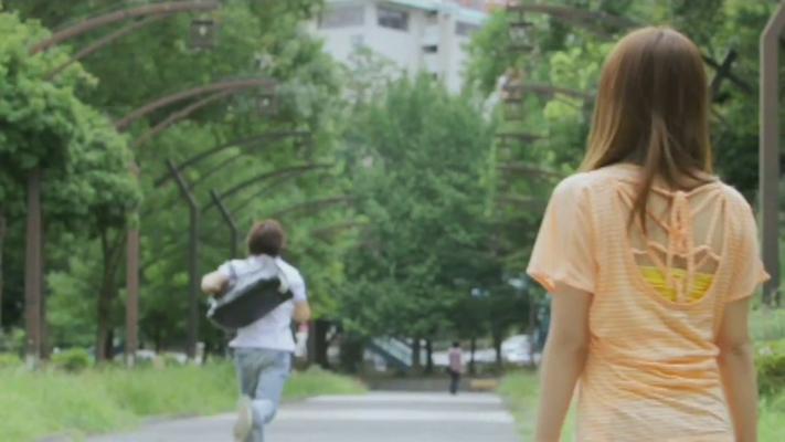 Sie ist verzweifelt und Yurika läuft zu ihr