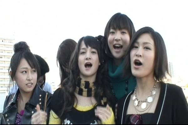 """""""~Aber sonst geht's euch gut, ja?~"""" Robin, Kaede und Yuki singen den Song mit quietschigen Stimmen und Akkyan denkt sich ihren Teil XDDD"""