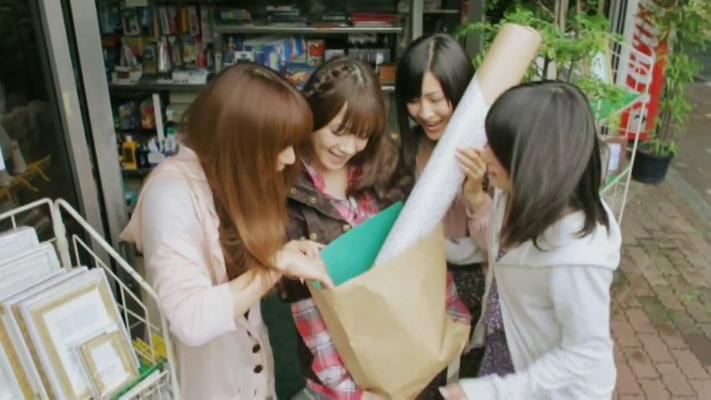 --- während die Freundinnen ihre eingekauften Sachen begutachten. Sie laufen zurück zum Café