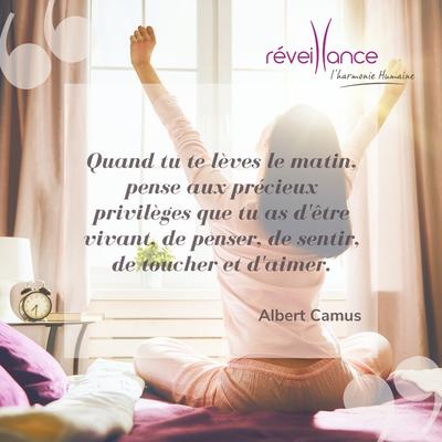 """citation inspirante : """"quand tu te lèves le matin, pense aux précieux privilèges que tu as d'être vivant, de penser, de sentir, de toucher et d'aimer."""" Albert Camus"""