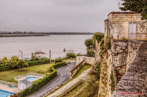 Piscine municipale et rempart naturel du château de Bourg-sur-Gironde. Samedi 26 septembre 2020. Photographie HDR © Christian Coulais